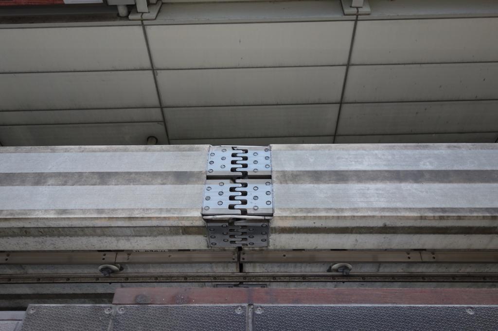大阪モノレールの蛍池駅(軌道のつなぎ目)