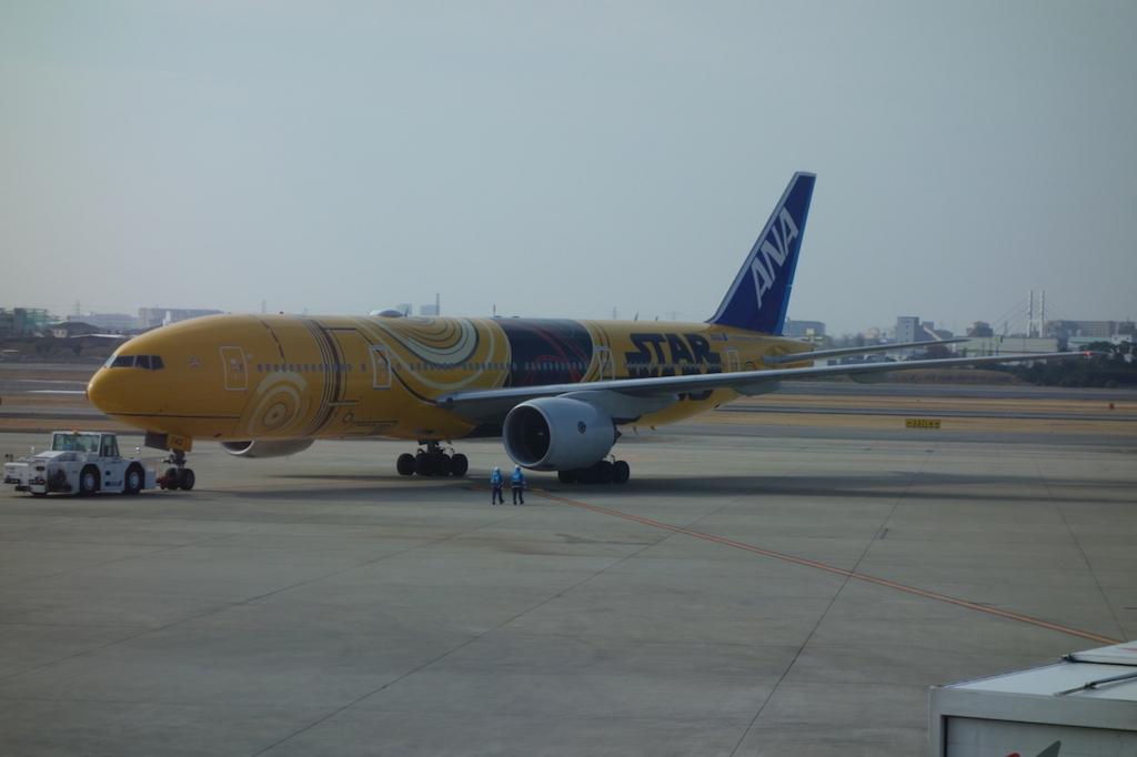 大阪国際空港に駐機するC3-PO ANA JET
