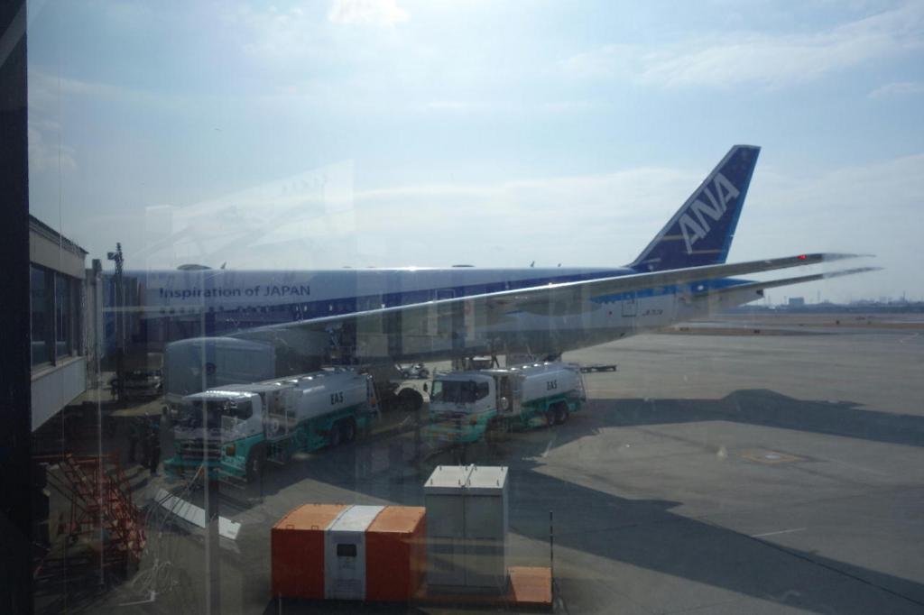 大阪国際空港に駐機中のANA765便(平成30年1月19日)