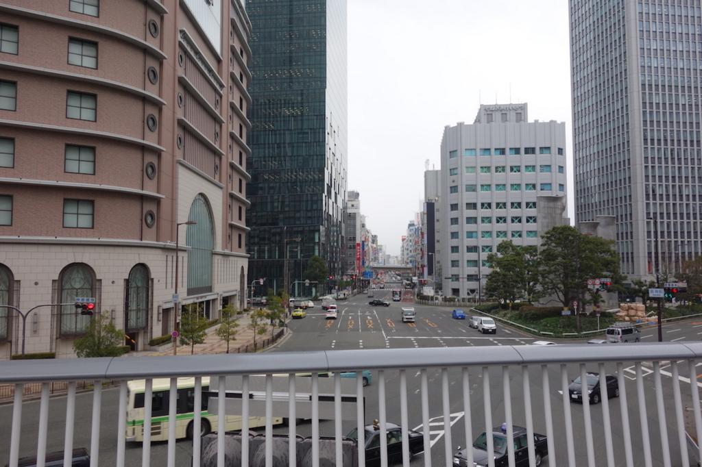 大阪駅周辺の歩道橋から見た景色