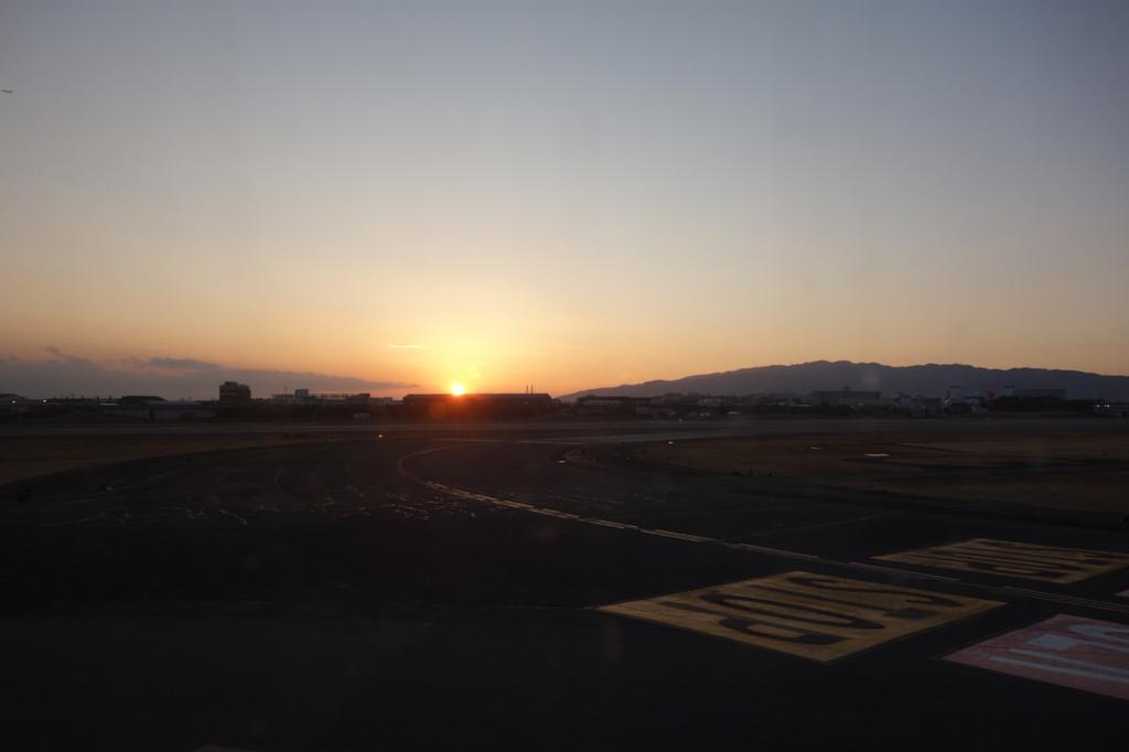 大阪国際空港でのANA737便から見た夕日(平成30年1月23日)