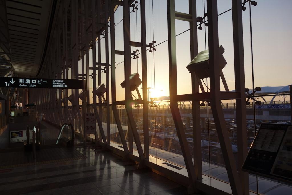 朝日が昇る仙台国際空港の2階出発ロビー(平成30年2月5日)