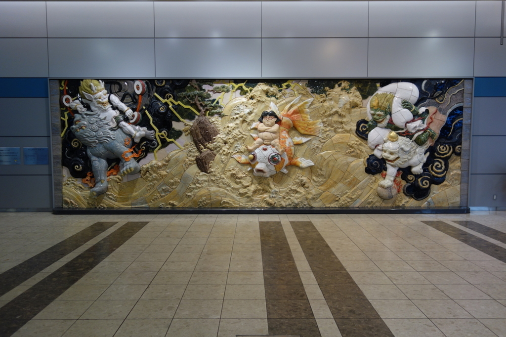 仙台国際空港1階ロビーに設置される陶板レリーフ