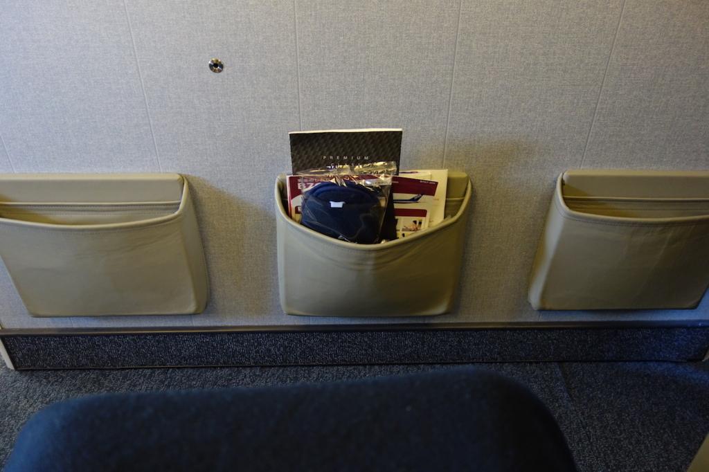 ANA732便のプレミアムクラスに設置される足元のグッズ類(平成30年2月21日)