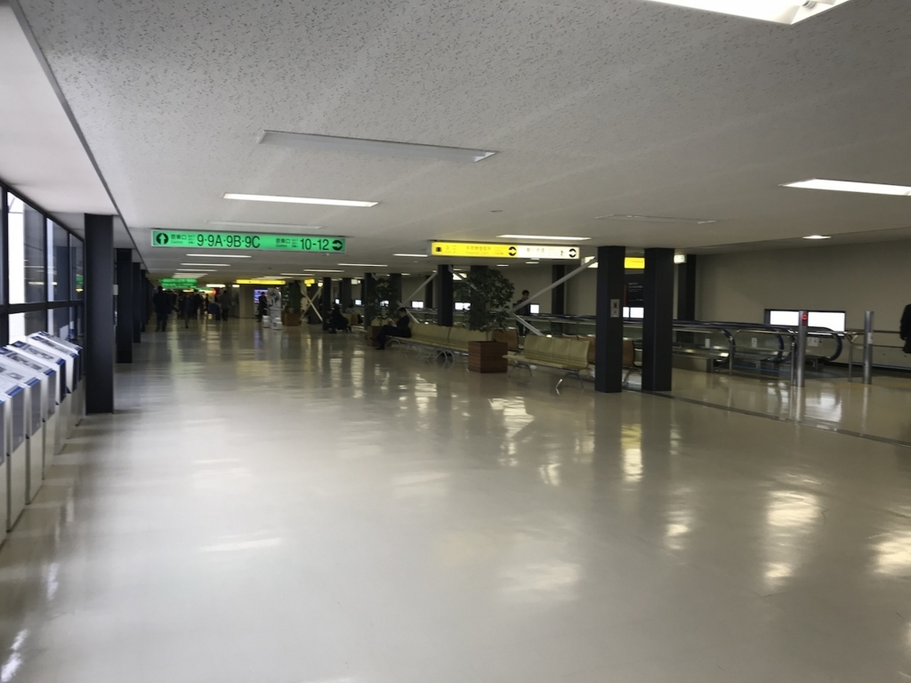 大阪国際空港の出口までの通路(平成30年2月21日)