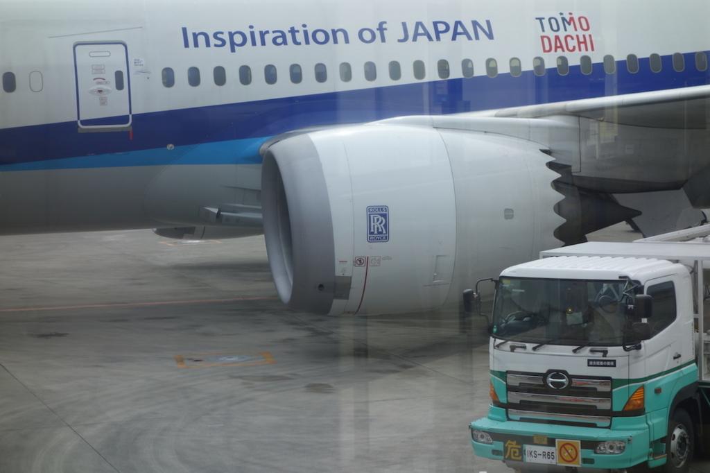 大阪国際空港で出発を待つANA765便ドリームライナーのエンジン(平成30年2月21日)