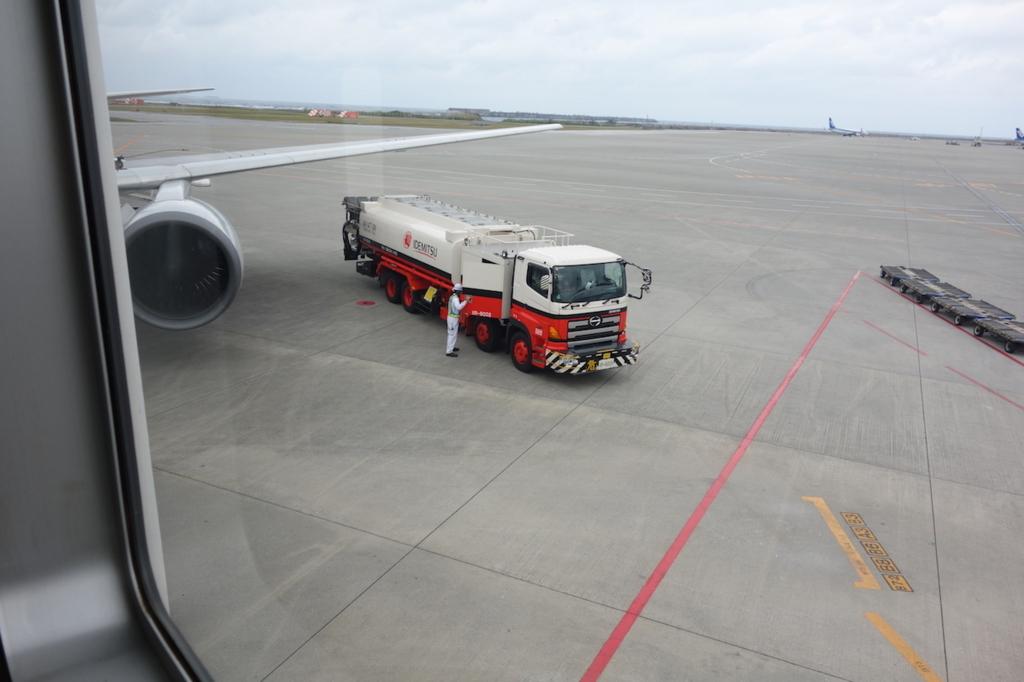 ANA1864便の翼と給油車(平成30年2月21日)