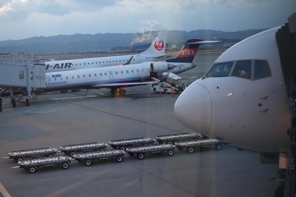 仙台国際空港のボーディングブリッジから見たANA1864便(平成30年2月21日)