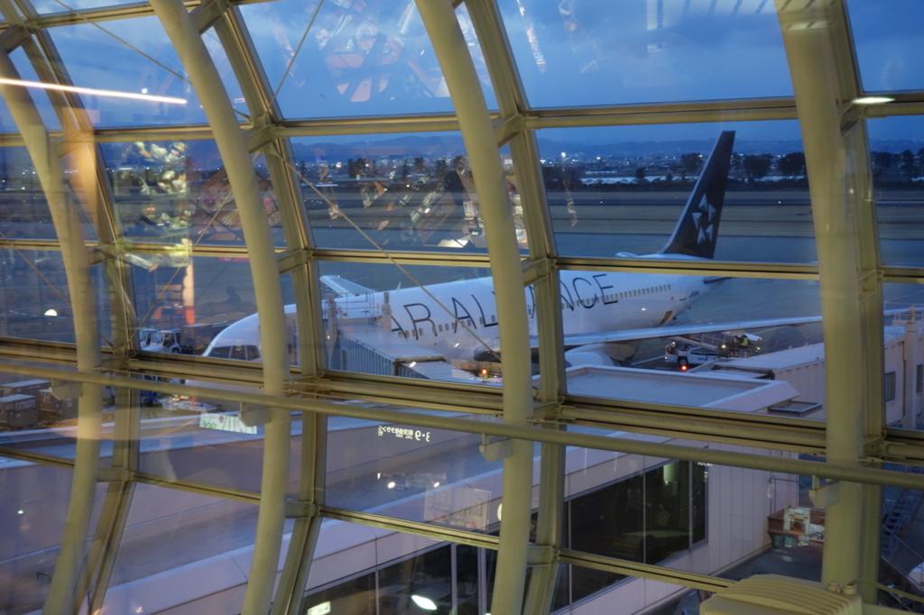 仙台国際空港3階から見た到着したばかりのANA1864便(平成30年2月21日)