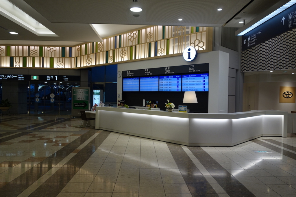 夕方の仙台国際空港1階インフォメーションカウンター