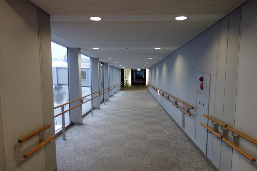 仙台国際空港のボーディングブリッジへの通路(平成30年3月1日)