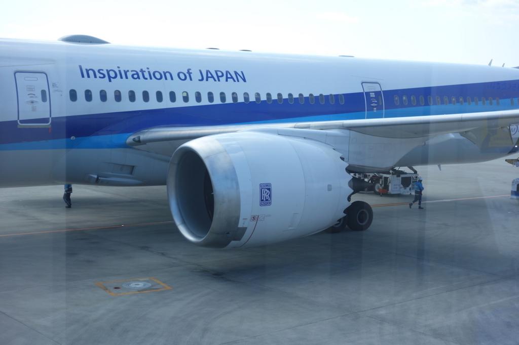 大阪国際空港で出発を待つANA765便ドリームライナーのエンジン(平成30年3月1日)