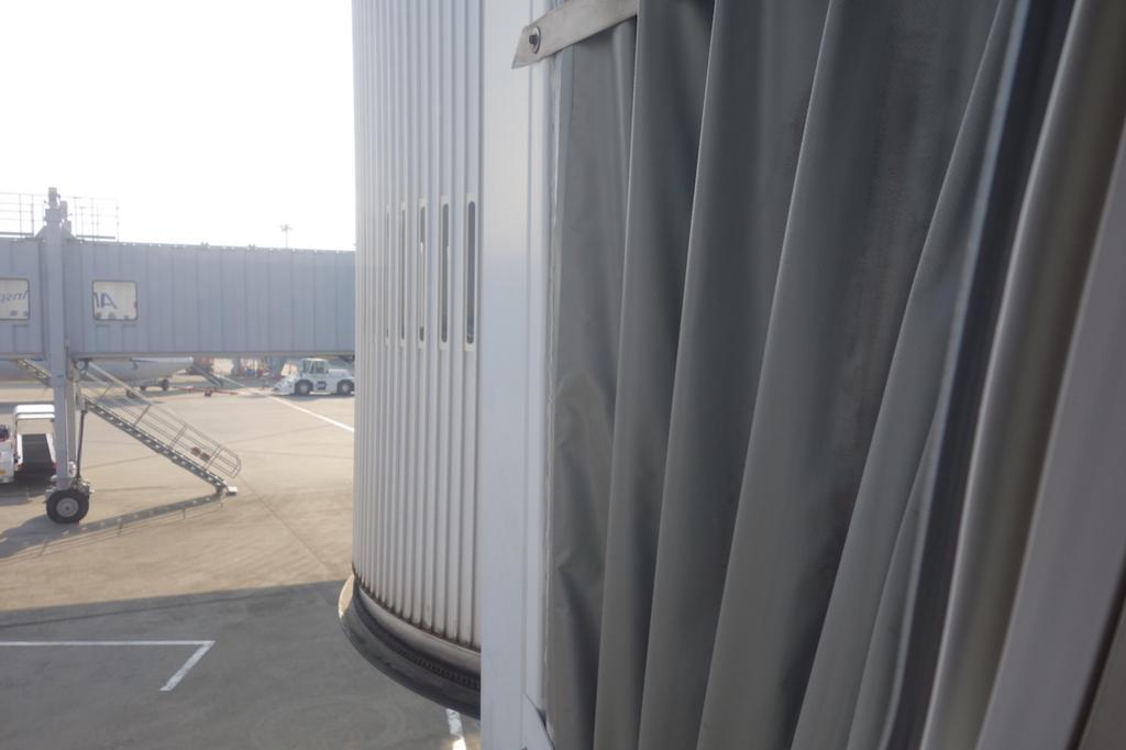 ANA732便から見たボーディングブリッジの接続部分(平成30年3月27日)