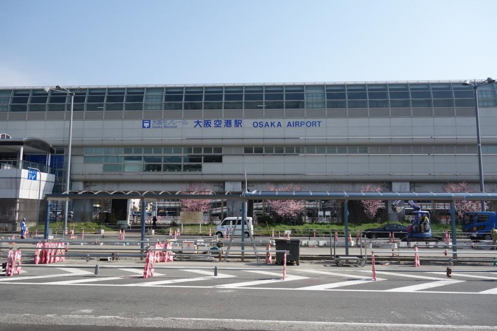 大阪国際空港から見た大阪モノレールの大阪空港駅