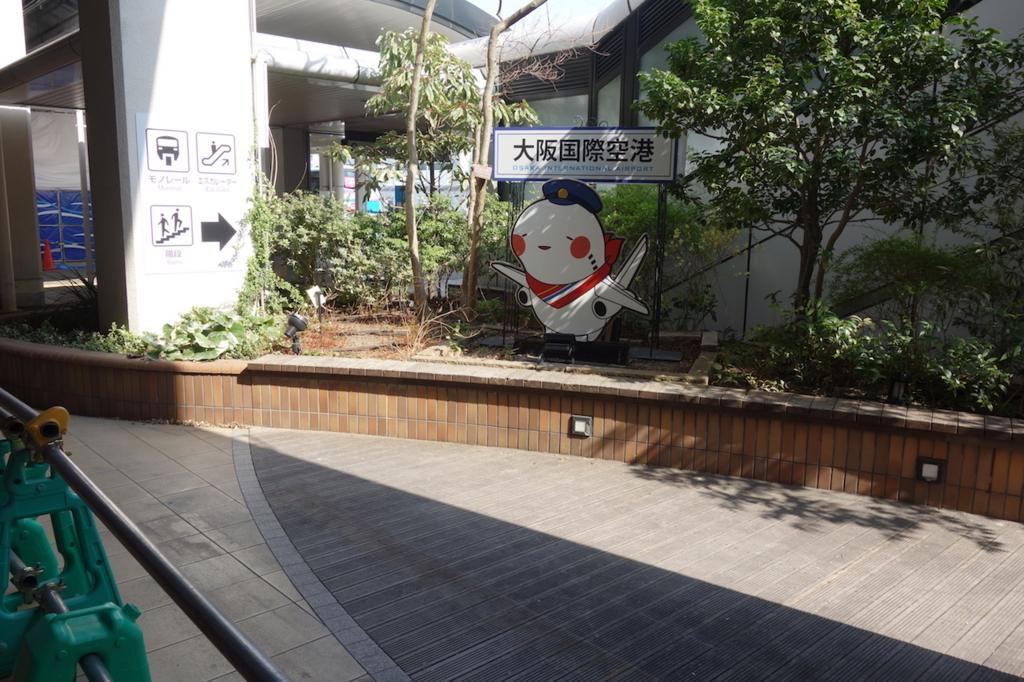 大阪国際空港の1階広場に設置されるそらやん(平成30年3月27日)