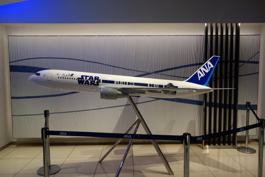 大阪国際空港 ANAラウンジに設置されるSTAR WARS™️ ANA JET(平成30年3月27日)