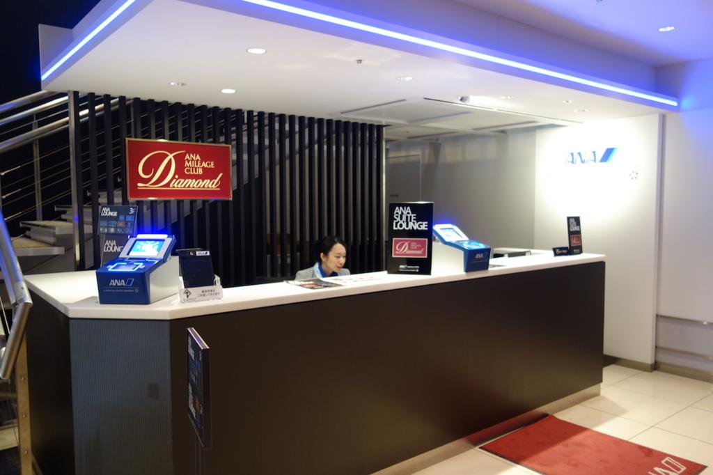 大阪国際空港のANAラウンジ2階受付カウンター(平成30年3月27日)