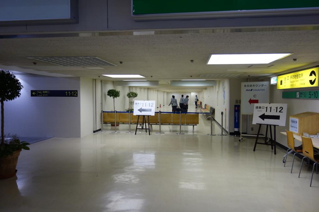 大阪国際空港の通路(平成30年3月27日)