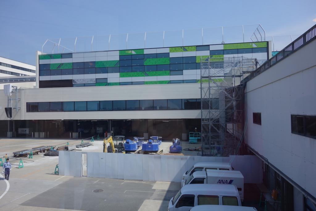 大阪国際空港の通路から見た外壁(平成30年3月27日)