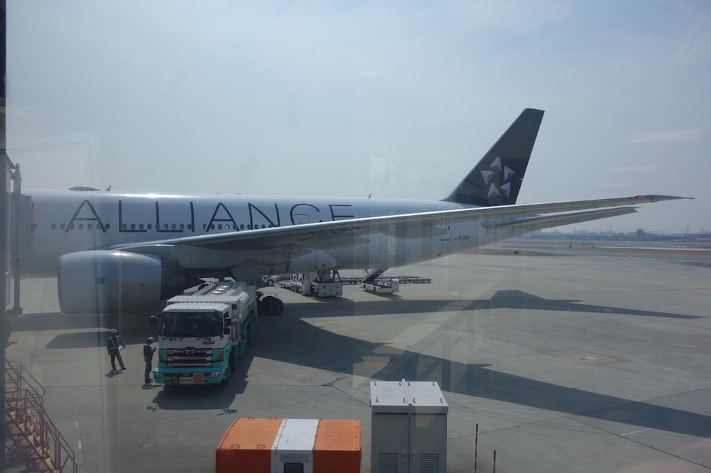 大阪国際空港で出発を待つANA765便(平成30年3月27日)