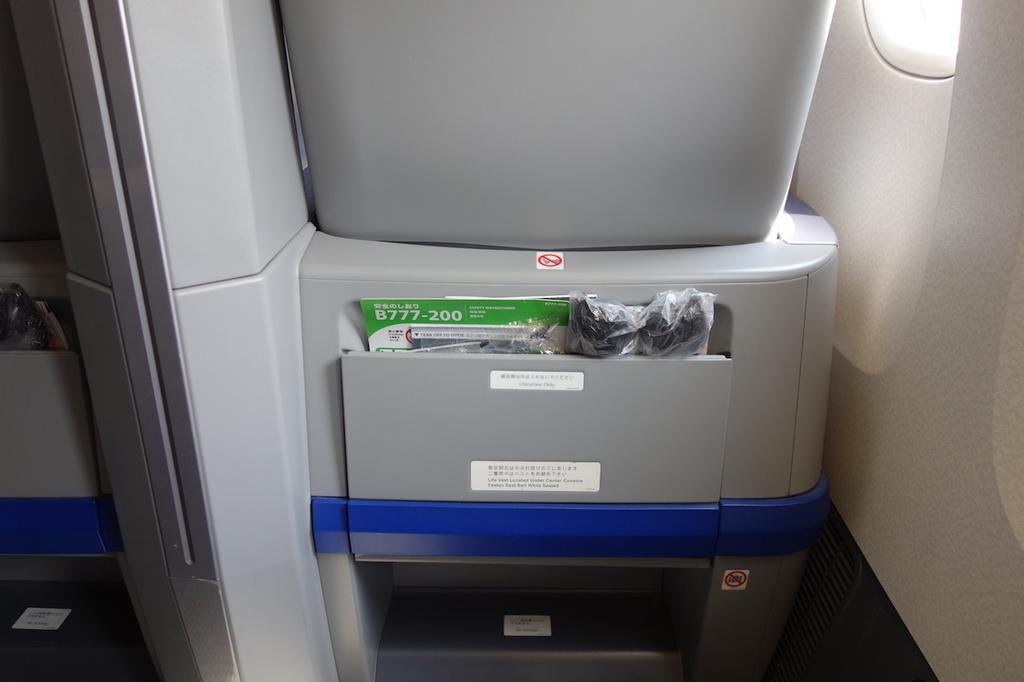 ANA765便のプレミアムクラスに設置される足元のグッズ類(平成30年3月27日)