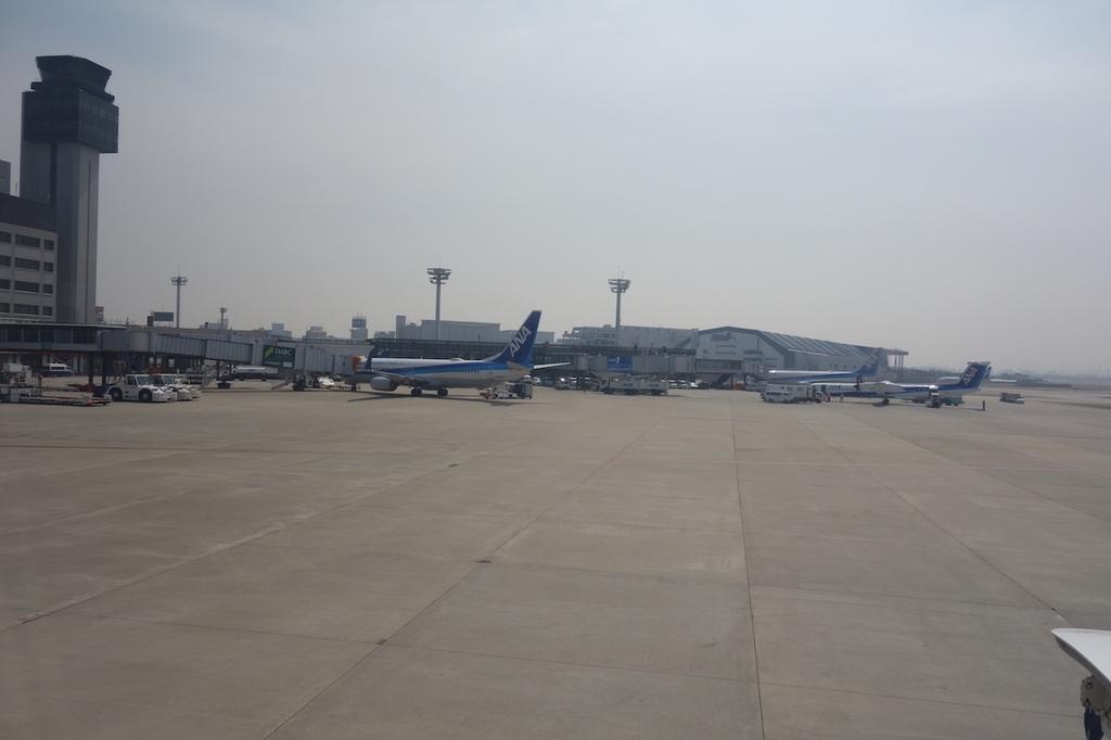 駐機中のANA765便から見た大阪国際空港敷地内(平成30年3月27日)