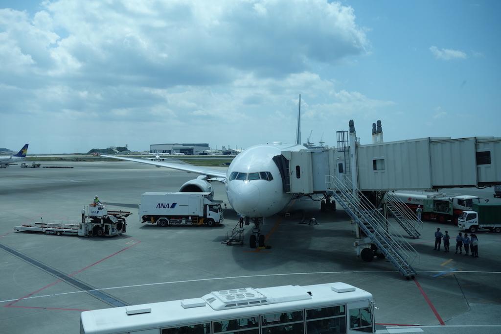 那覇空港のボーディングブリッジから見たANA765便(平成30年3月27日)