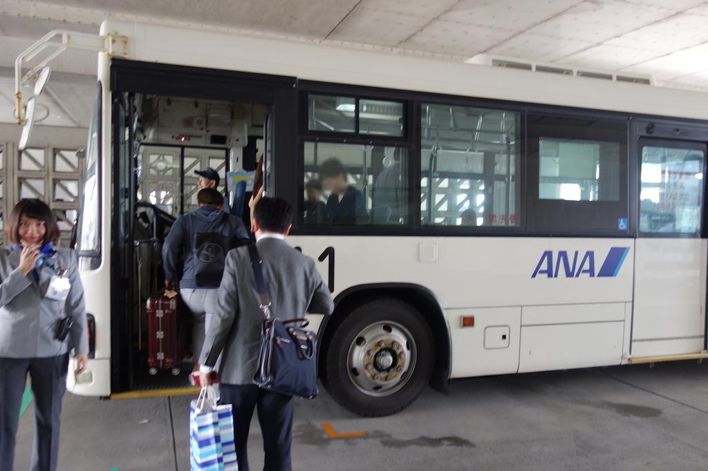 那覇空港の38B番搭乗口から出発するANAバス(平成30年3月27日)