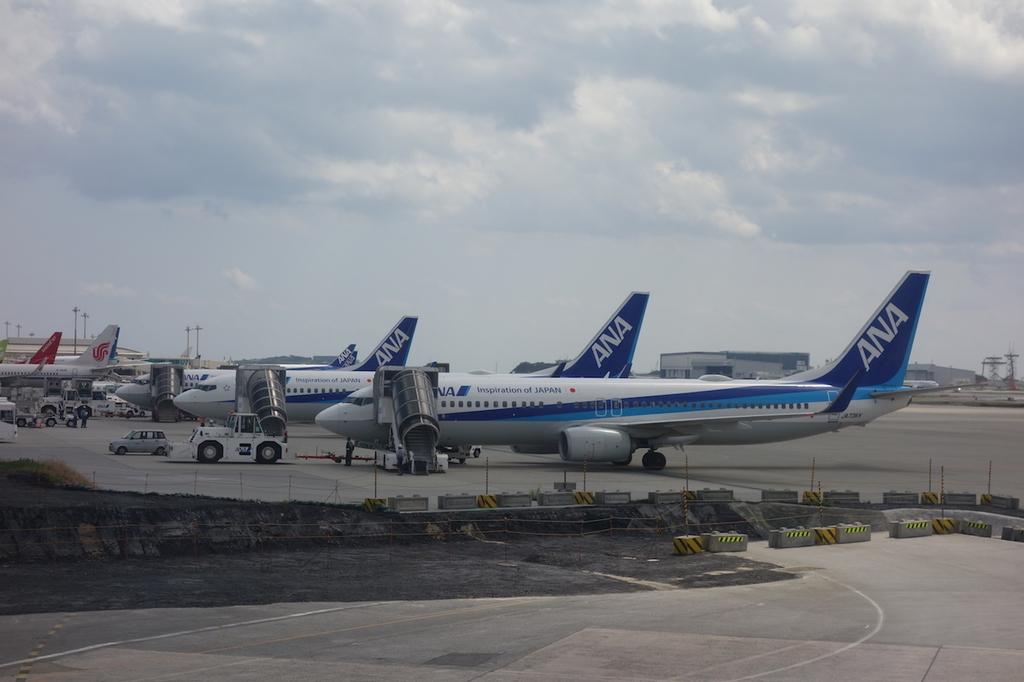 離陸前のANA1864便から見た那覇空港に駐機するANA機たち