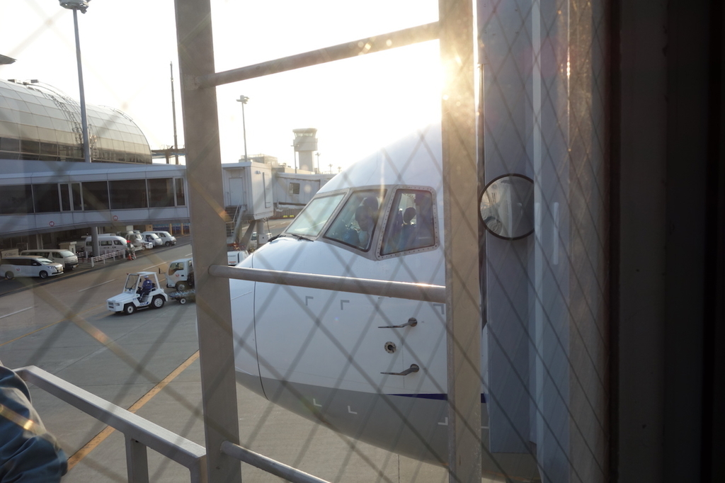 仙台国際空港のボーディングブリッジから見たANA1864便(平成30年3月27日)