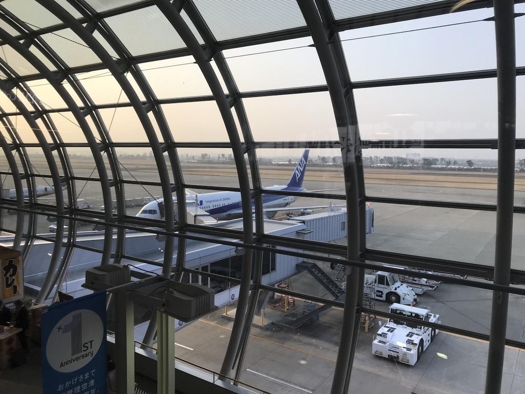 仙台国際空港3階から見た到着したばかりのANA1864便(平成30年3月27日)