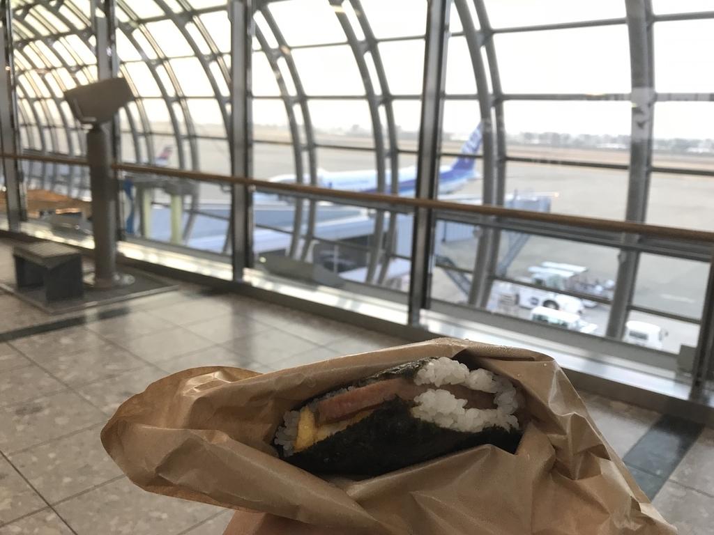 仙台国際空港3階で開封したポークたまごおにぎり本店のポーたま