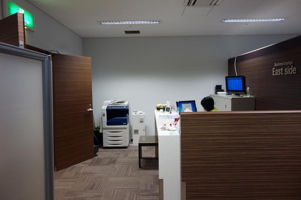 仙台国際空港のBusiness Lounge East side 受付カウンター(平成30年3月27日)