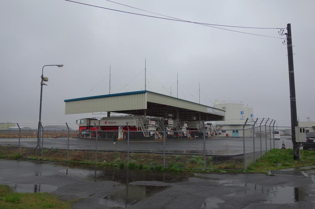 タンクローリーが並ぶ仙台空港給油施設(平成30年4月25日)