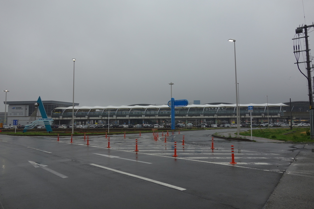 雨天の仙台国際空港入口(平成30年4月24日)