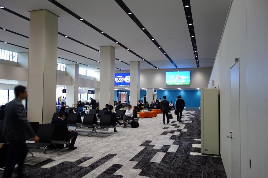 大阪国際空港の13番搭乗口ロビー壁側(平成30年4月25日)