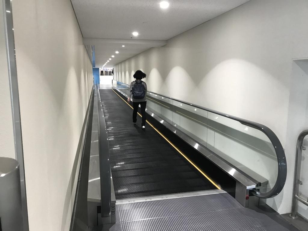 大阪国際空港の制限区域出口付近に設置される歩く歩道(平成30年4月25日)
