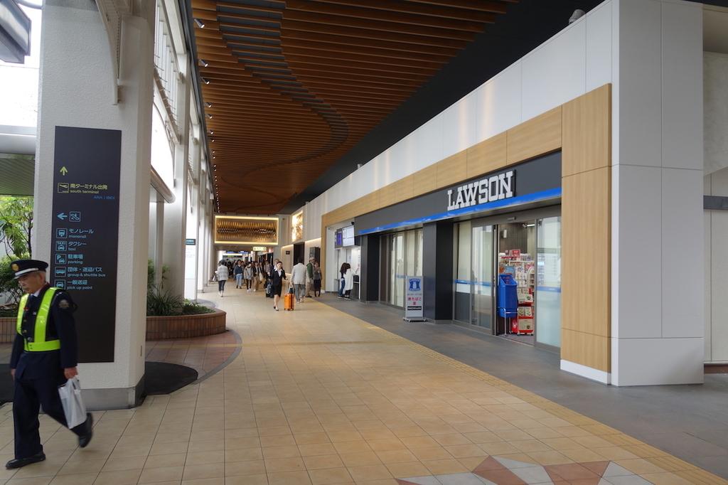 大阪国際空港中央ブロック1Fのローソン前(平成30年4月25日)
