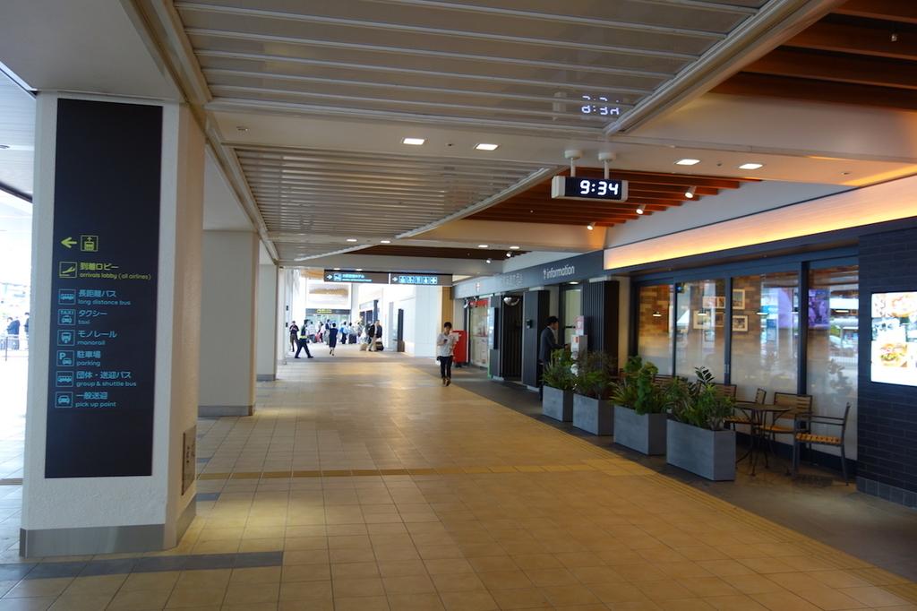 大阪国際空港中央ブロック1Fのインフォメーション前(平成30年4月25日)