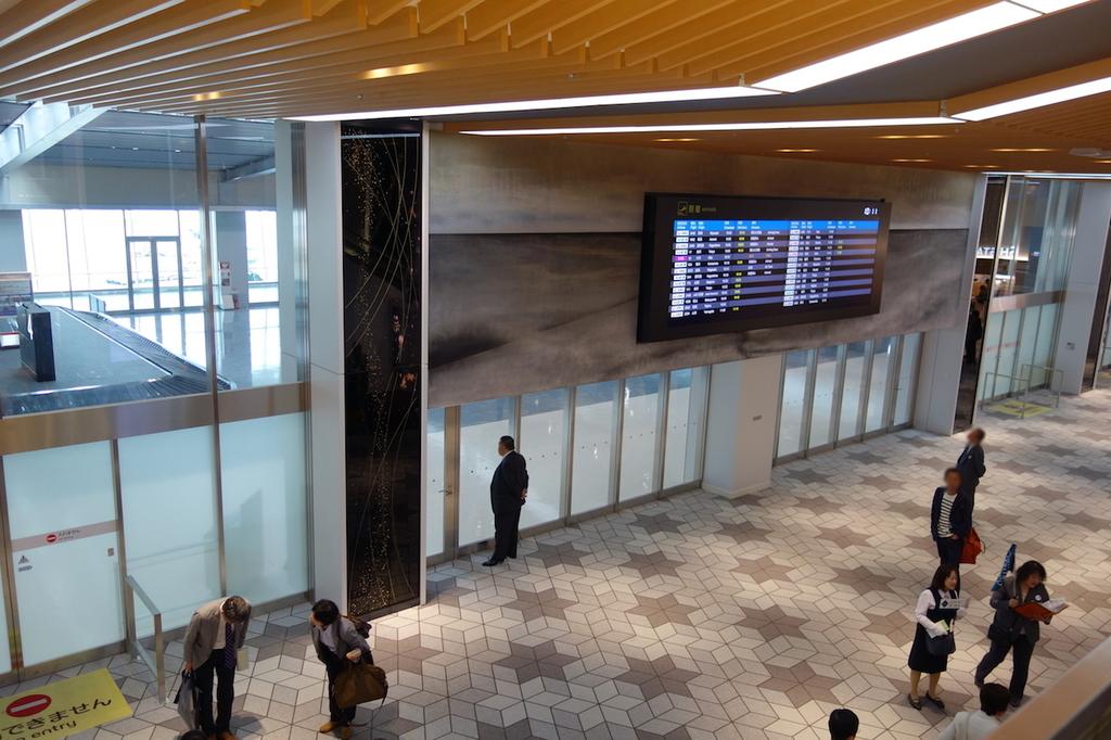 大阪国際空港の眼下に見る到着口前(平成30年4月25日)