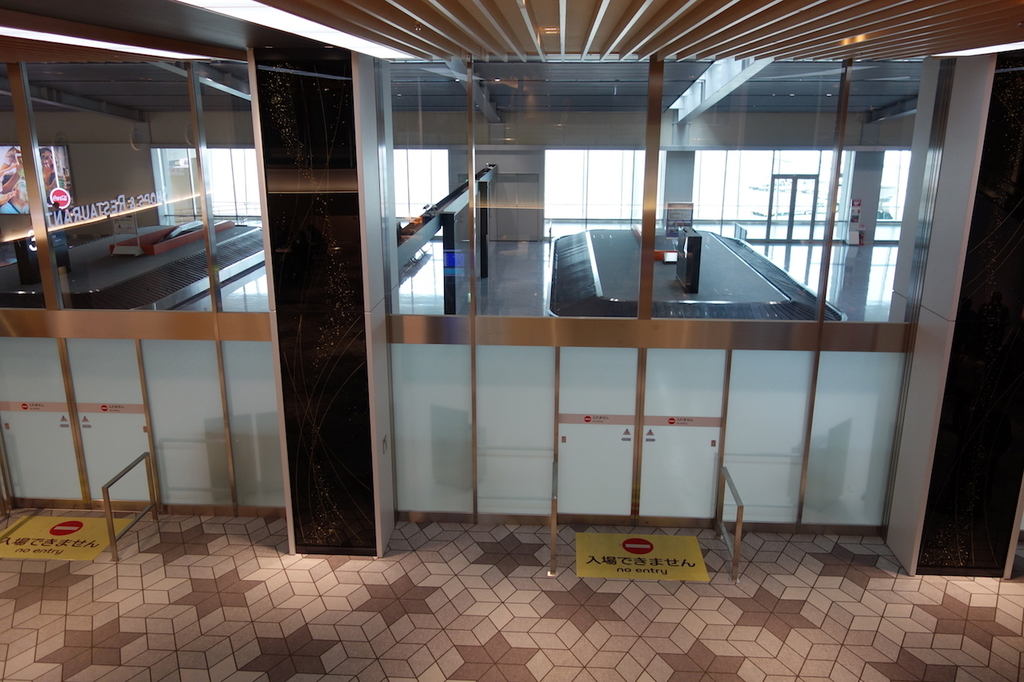 大阪国際空港の眼下に見る手荷物受取所(平成30年4月25日)