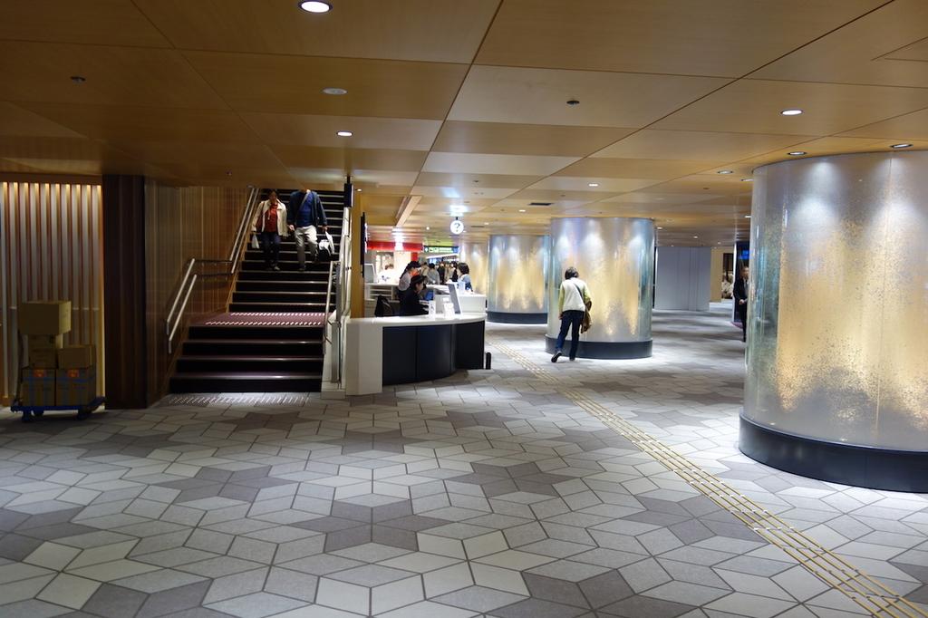 大阪国際空港のインフォメーションカウンター付近(平成30年4月25日)