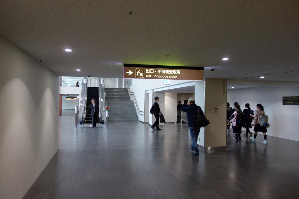 大阪国際空港の11番搭乗口まで向かう通路(平成30年4月25日)