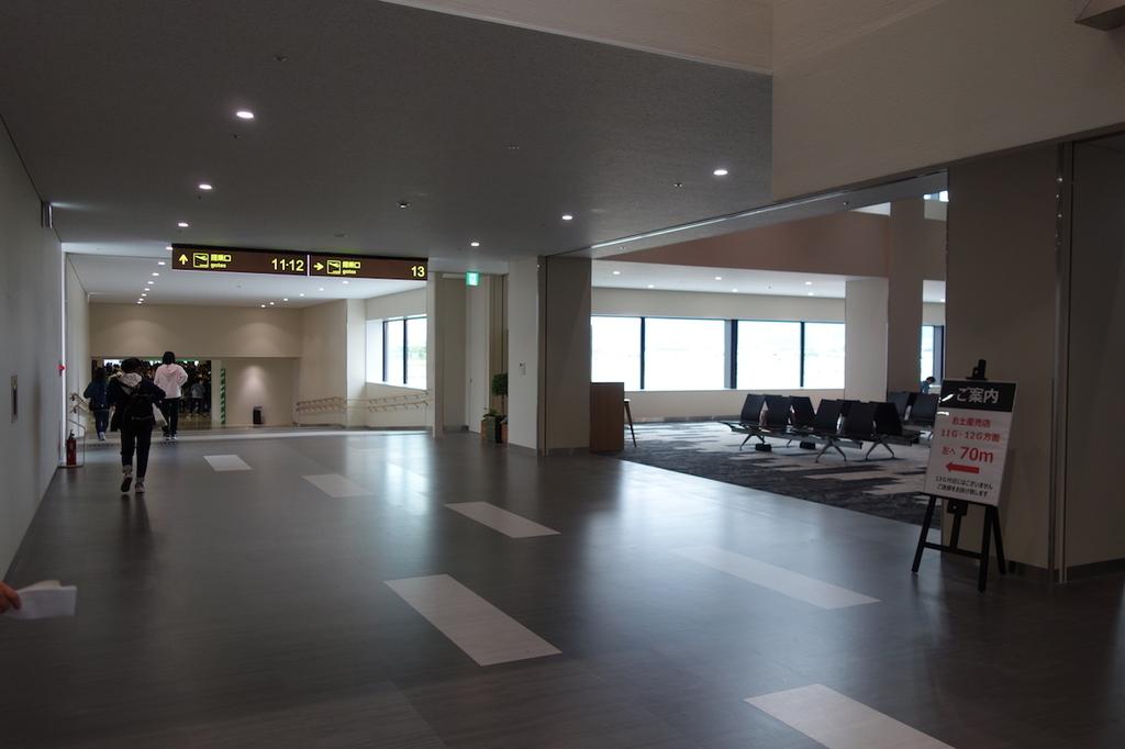 大阪国際空港の11番搭乗口まで向かう通路 その3(平成30年4月25日)