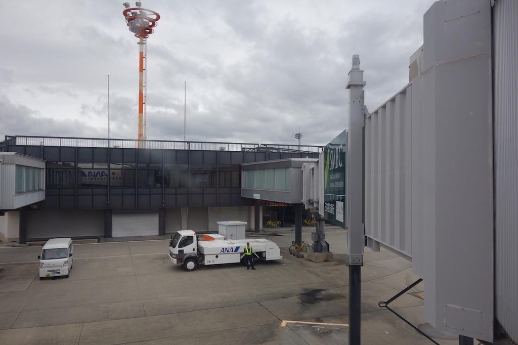 駐機中のANA765便から見た大阪国際空港敷地内(平成30年4月25日
