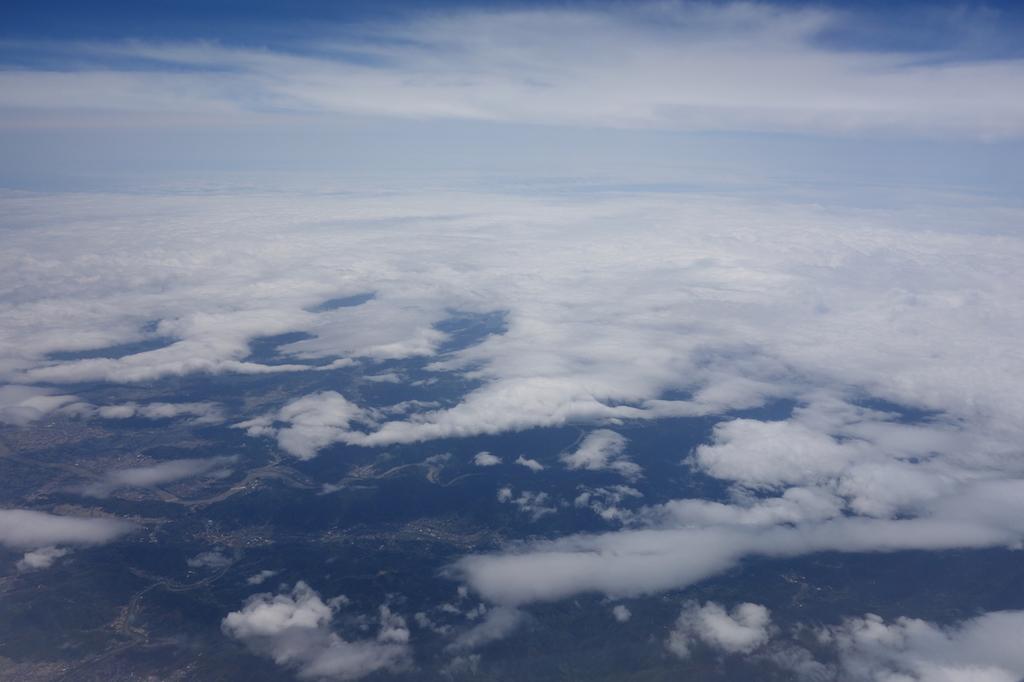 ANA765便から見た途切れ途切れの雲海(平成30年4月25日)