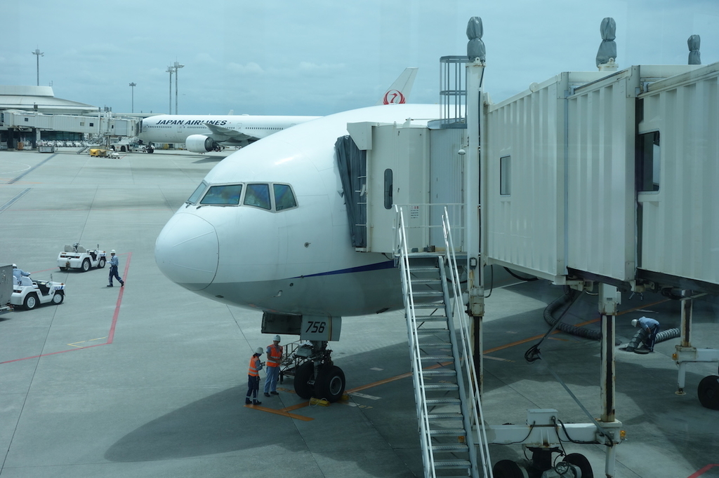 那覇空港のボーディングブリッジから見たANA765便(平成30年4月25日)