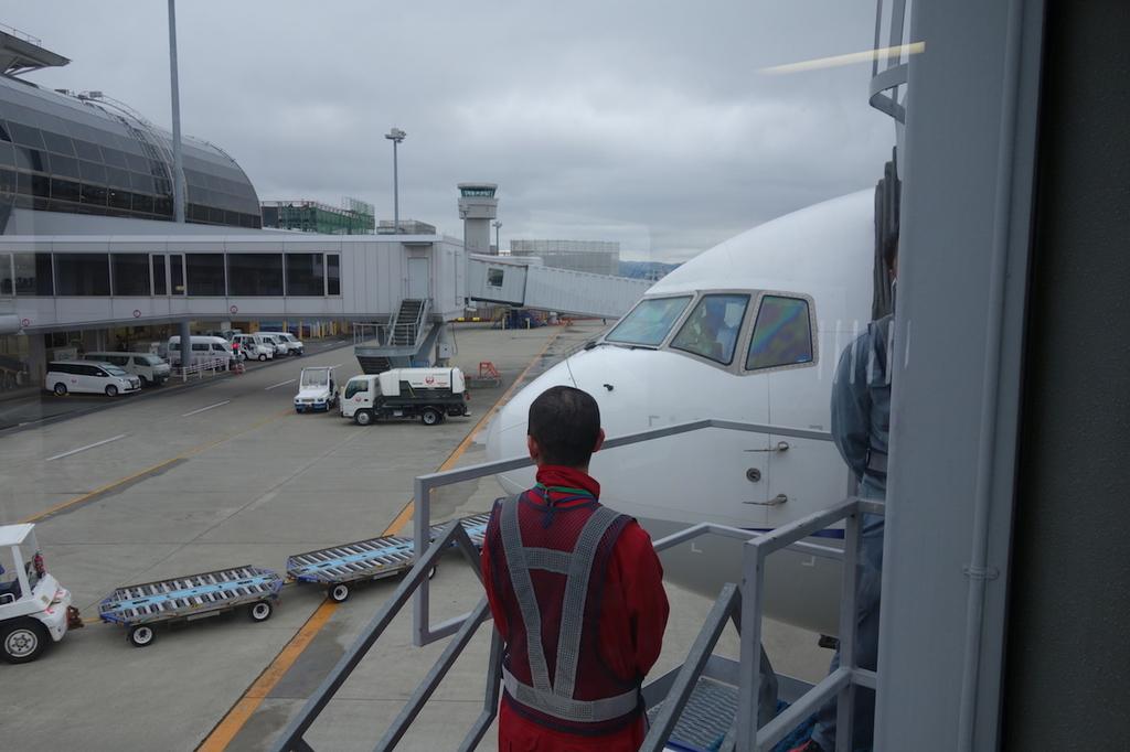 仙台国際空港のボーディングブリッジから見たANA1864便(平成30年4月25日)
