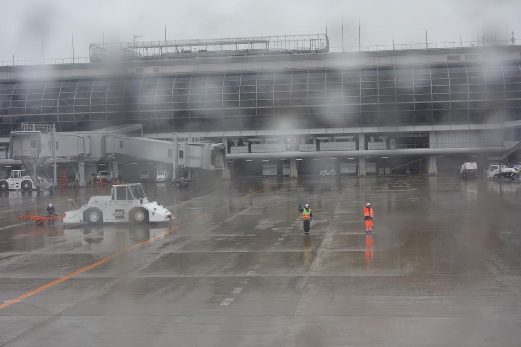 ANA1863便から見た雨模様の仙台国際空港敷地内(平成30年6月11日)