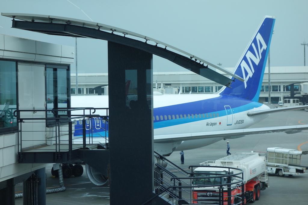 那覇空港の制限区域内から見たANA1863便(平成30年6月11日)
